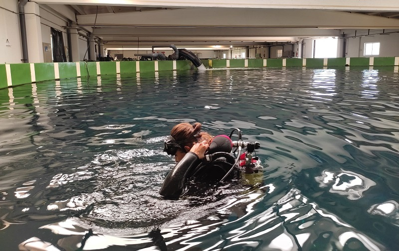 Científica_submergintse-a-un-tanc-amb-tonyines-vermelles